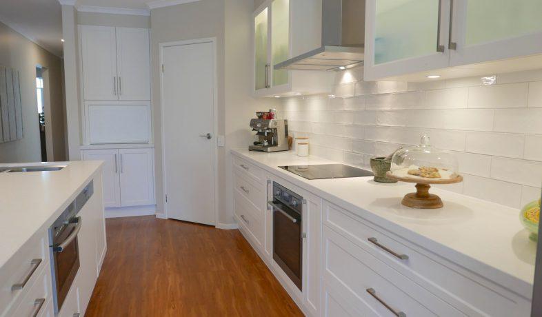 Hamptons kitchen design real kitchens wallspan for Kitchen design adelaide